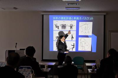 スライドを説明する講師.JPG