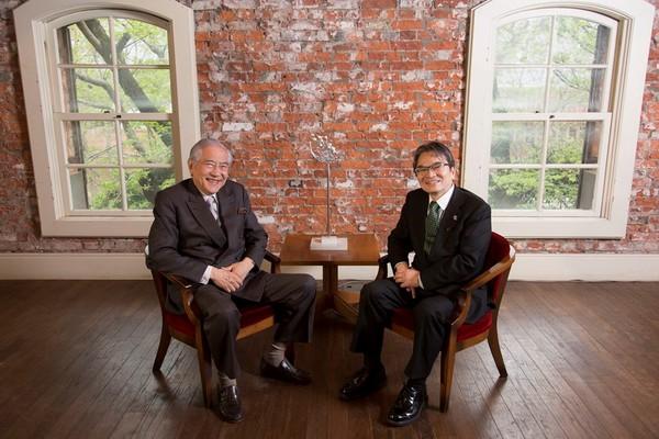 対談にのぞむ二人 宮田学長(右)と小倉代表(左).jpg